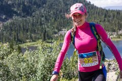 ERGAKI ROSJA, SIERPIEŃ, - 05 2017: Niewiadoma dziewczyna chodzi góry, uczestnik POWŁÓCZYSTY konkurs SKAYRANFEST Obraz Stock