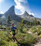 ERGAKI ROSJA, SIERPIEŃ, - 05 2017: Niewiadoma męska atleta biega przez gór, uczestnik w TRAILANNING Zdjęcie Stock