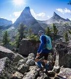 ERGAKI ROSJA, SIERPIEŃ, - 05 2017: Niewiadoma męska atleta biega przez gór, uczestnik w TRAILANNING Zdjęcia Royalty Free