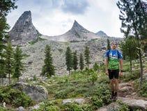 ERGAKI ROSJA, SIERPIEŃ, - 05 2017: Niewiadoma męska atleta biega przez gór, uczestnik w TRAILANNING Zdjęcie Royalty Free