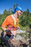 ERGAKI ROSJA, SIERPIEŃ, - 05 2017: Niewiadoma męska atleta biega przez gór, uczestnik w TRAILANNING Fotografia Royalty Free