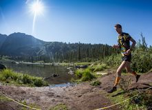 ERGAKI ROSJA, SIERPIEŃ, - 05 2017: Niewiadoma męska atleta biega przez gór, uczestnik w TRAILANNING Obraz Stock