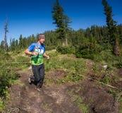 ERGAKI ROSJA, SIERPIEŃ, - 05 2017: Niewiadoma męska atleta biega przez gór, uczestnik w TRAILANNING Obrazy Royalty Free