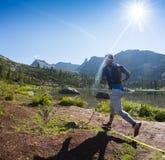 ERGAKI ROSJA, SIERPIEŃ, - 05 2017: Niewiadoma męska atleta biega przez gór, uczestnik w TRAILANNING Fotografia Stock