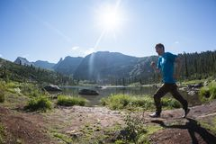ERGAKI ROSJA, SIERPIEŃ, - 05 2017: Niewiadoma męska atleta biega przez gór, uczestnik w TRAILANNING Obrazy Stock