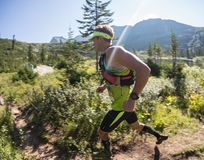 ERGAKI ROSJA, SIERPIEŃ, - 05 2017: Niewiadoma męska atleta biega przez gór, uczestnik w TRAILANNING Obraz Royalty Free