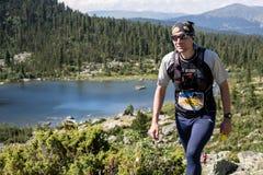 ERGAKI ROSJA, SIERPIEŃ, - 05 2017: Niewiadoma męska atleta biega przez gór, uczestnik w TRAILANNING Zdjęcia Stock