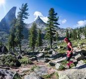 ERGAKI ROSJA, SIERPIEŃ, - 05 2017: Niewiadomy dziewczyny sportsmenki bieg przez gór, uczestnik w trailrunning Obrazy Stock