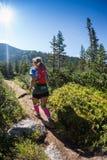 ERGAKI ROSJA, SIERPIEŃ, - 05 2017: Niewiadomy dziewczyny sportsmenki bieg przez gór, uczestnik w trailrunning Zdjęcie Stock
