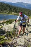 ERGAKI ROSJA, SIERPIEŃ, - 05 2017: Niewiadomy dziewczyny sportsmenki bieg przez gór, uczestnik w trailrunning Obraz Royalty Free