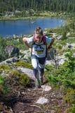 ERGAKI ROSJA, SIERPIEŃ, - 05 2017: Niewiadomy dziewczyny sportsmenki bieg przez gór, uczestnik w trailrunning Zdjęcia Stock