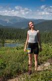 ERGAKI RYSSLAND - AUGUSTI 05 2017: Den okända flickan går bergen, deltagare av den SKUGGA striden SKAYRANFEST Arkivbild