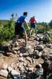 ERGAKI RYSSLAND - AUGUSTI 05 2017: Flera idrottsman nen kör till och med bergen, deltagare som skuggar SKAYRANFESTEN Royaltyfri Foto