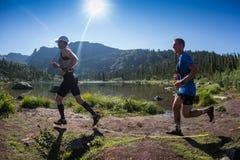 ERGAKI RYSSLAND - AUGUSTI 05 2017: Flera idrottsman nen kör till och med bergen, deltagare som skuggar SKAYRANFESTEN Arkivbilder
