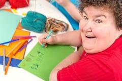 Ergoterapia con di alla donna disabile mentalmente - Immagine Stock Libera da Diritti