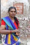 Ergrauende Frau im bunten Sari hält Räucherstäbchen Stockbild