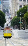 Erhöhte Ansicht der Tram auf ansteigendem Aufstieg San Francisco stockfoto