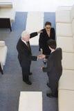 Erhöhte Ansicht der Wirtschaftler, die Hände rütteln. Stockbilder