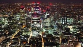 Erhöhte Ansicht des Finanzbezirkes von London nachts stock footage