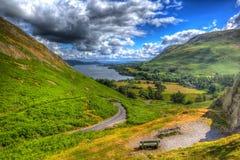 Erhöhte Ansicht des Ullswater See-Bezirkes Cumbria England Großbritannien von Hallin fiel in Sommer wie Malerei in HDR Lizenzfreie Stockfotografie