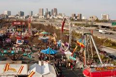Erhöhte Ansicht von Atlanta-Messe zeigt Stadt-Skyline stockbild