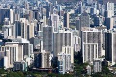 Erhöhte Ansicht von Hotels und von Eigentumswohnungen in Waikiki Stockfotografie