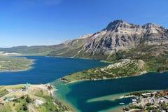 Erhöhte Ansicht von Waterton und von Seen, Alberta Lizenzfreie Stockfotografie