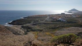 Erhöhte Ansichten von den Pelada-Berg-owards die Windsurfenküstenstadt von EL Medano und mit Montana Roja am Fern stockfoto