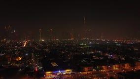 Erhöhte belichtete Nachtansicht der Medien- und Internet-Stadt Wolkenkratzer auf Sheikh Zayed Road-Stadtzentrum, Dubai, UAE szeni stock video footage