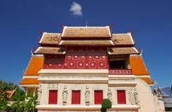 Erhöhte Bibliothek mit gemeißelter Basis in Wat Phra Singh in Chiang Mai Stockfotos