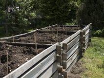 Erhöhte hölzerne Gemüsebetten Gartenarbeitausrüstung für Hauptgärtner Lizenzfreie Stockbilder