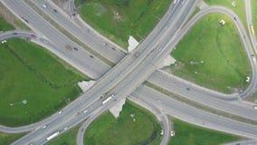 Erhöhte Schnellstraße clip Draufsicht an den Kurven und an den Linien der Stadtlandstraße Die Kurve der Aufhebungbrücke Hintergru stock video footage