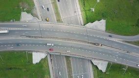 Erhöhte Schnellstraße clip Draufsicht an den Kurven und an den Linien der Stadtlandstraße Die Kurve der Aufhebungbrücke Hintergru stock video