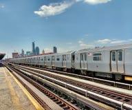 Erhöhte U-Bahn NYC bei der 36 Alleen-Plattform im Queens, USA Lizenzfreies Stockbild