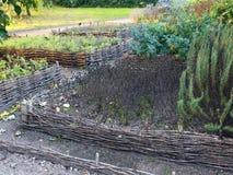 Erhöhte Weidengemüsebetten Gartenarbeitausrüstung für Hauptgärtner Stockbild