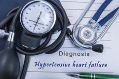 Erhöhten Blutdruck habendes Herzversagen der Diagnose Ein Stethoskop, Sphygmomanometer mit einer Stulpenlüge auf medizinischer Fo Stockbild