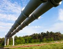 Erhöhter Abschnitt der Rohrleitungen Stockfotos
