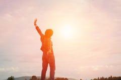 Erhöhung des Schattenbild-jungen Mannes übergibt oben für sein Erfolg Konzept von S Lizenzfreie Stockbilder