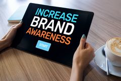 Erh?hen Sie Markenbewusstseintext auf Schirm Werbungs-und Marketing-Konzept lizenzfreies stockfoto
