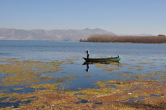 Erhai sjö i Yunnan, Kina fiskebåtfolk Royaltyfria Bilder