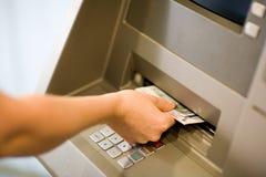Erhalten des Geldes an einem ATM Stockbild