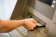 Erhalten des Geldes (Euro) an einem ATM Stockbild