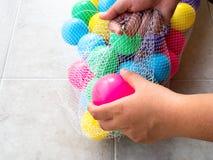 Erhalten des schmutzigen Plastikballs in einer Nettotasche Lizenzfreie Stockbilder