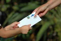 Erhalten eines Briefes Lizenzfreies Stockbild