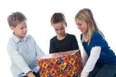 Erhalten eines Geschenkes Stockbild