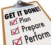 Erhalten Sie ihm erfolgten Klemmbrett-Checklisten-Plan sich vorbereiten durchführen Lizenzfreies Stockbild