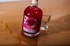 Erhalten Sie Ihren Sommerzeitstau an mit dieser Himbeer- u. Rosen-Flasche Gin lizenzfreies stockfoto