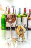Erhalten Sie mit rosafarbenem Wein, alkoholfreies Getränk im Glas mit Korken betrunken Stockfotos