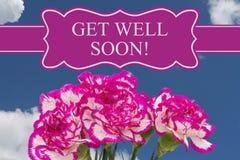 Erhalten Sie wohle bald Mitteilung mit einem rosa und weißen Pfingstrosenblumenstrauß Lizenzfreies Stockfoto