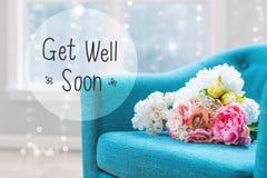 Erhalten Sie wohle Mitteilung mit Blumenblumensträußen mit Stuhl Stockfotografie